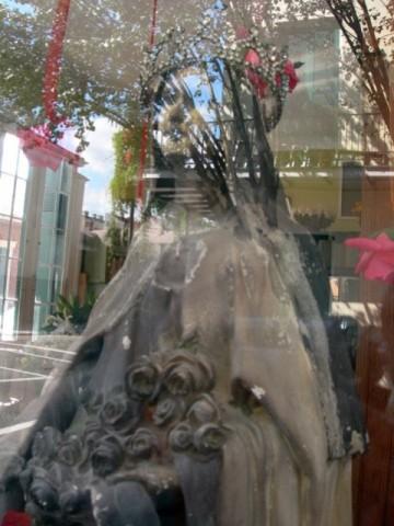 madonna-hinter-spiegelndem-glas-lt